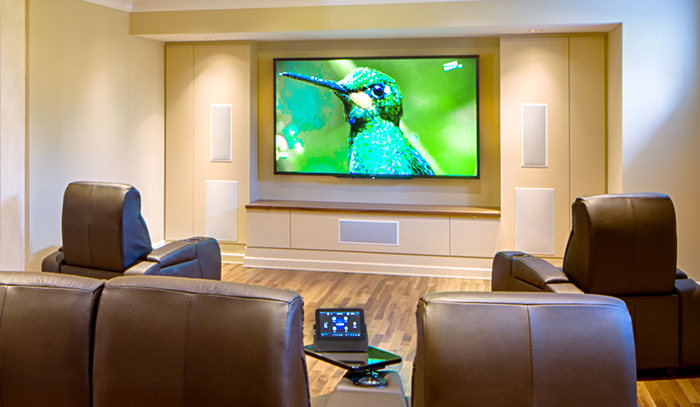 Home cinema maison optimal fidelity a large screen with a for Fauteuil cinema maison